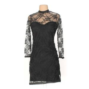 H&M divides lace dress
